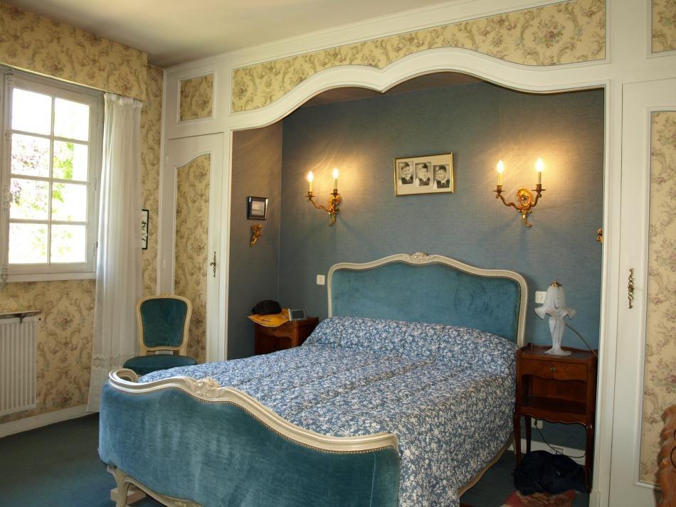 vente beaune belle maison annees 1970. Black Bedroom Furniture Sets. Home Design Ideas
